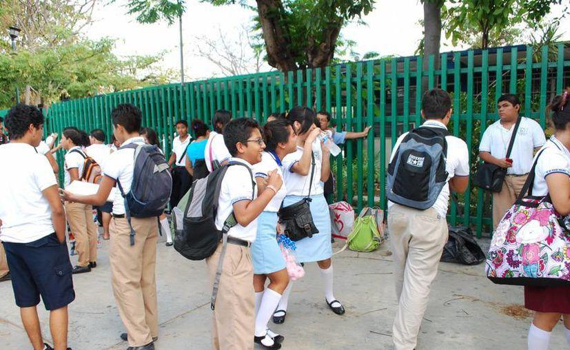 Los jóvenes consideran injusta esta medida puesto que sus padres ya dieron la cuota escolar. (Tomás Álvarez/SIPSE)