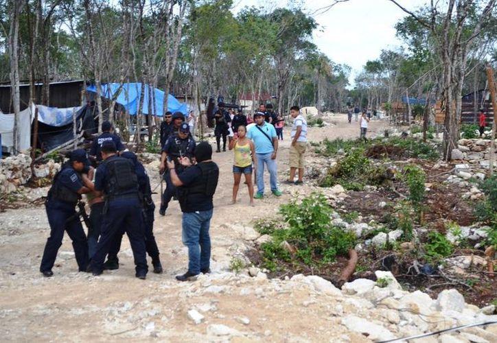 La policía arrestó a tres personas en el predio invadido de 'In House' en Playa del Carmen. (Redacción/SIPSE)