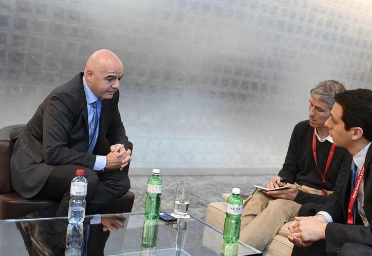 Gianni Infantino, presidente de FIFA, parece contar con un importante apoyo respecto al plan de utilizar videos de apoyo a los árbitros durante el Mundial de 2018. (AP)