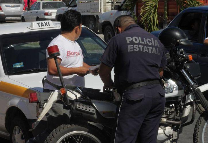 La reforma propone sancionar a quienes cometan infracciones, como conducir moto sin casco o hablar por celular mientras se maneja. (Harold Alcocer/SIPSE)