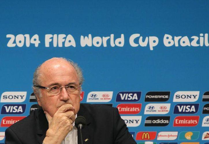 Vladimir Putin, presidente de Rusia, ha asegurado en una entrevista con la cadena suiza RTS que 'personas como Josep Blatter merecen un reconocimiento especial'. La foto corresponde a la rueda de prensa en donde Blatter anunció su salida de la FIFA. (Notimex)
