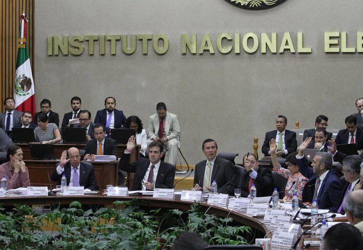 El representante del PRD ante el INE, Horacio Duarte, se declaró inconforme por las constancias de mayoría a los partidos ganadores.  (Archivo/Notimex)