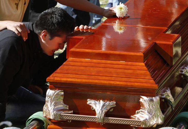 Los familiares comenzaron ya a sepultar a sus seres queridos. (Agencias)