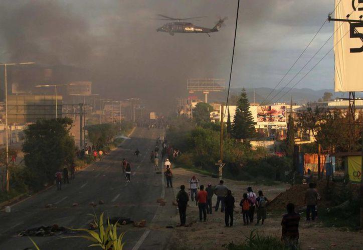 Las protestas magisteriales realizadas en este domingo dejaron en Oaxaca varios muertos. El Gobierno Federal culpa a radicales. (AP)