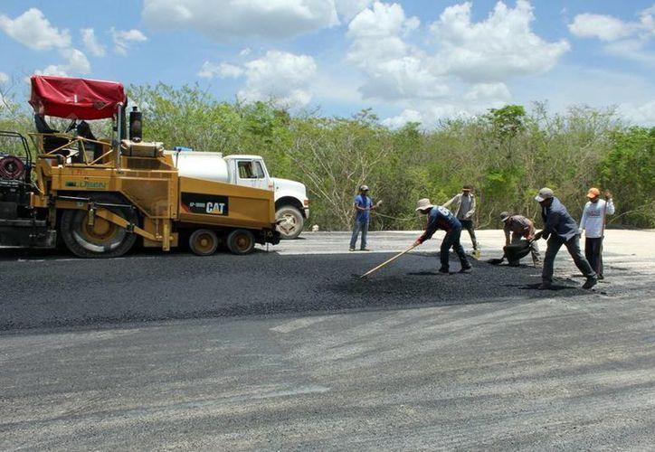 El Gobierno de Yucatán ha modernizado en tres años 370 kilómetros de vialidades, caminos sacacosechas y pavimentación en municipios con una inversión que supera los mil millones de pesos. (SIPSE)