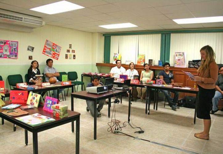 La Embajada de EU ofrecerá becas de apoyo a maestros yucatecos. En la imagen, una plática a los interesados en los diversos esquemas de intercambio. (Milenio Novedades)
