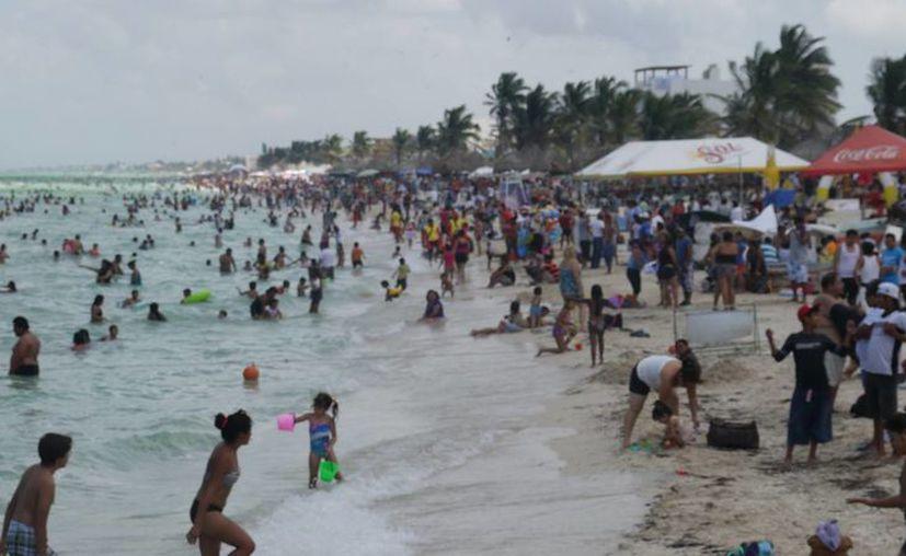 Miles de visitantes abarrotaron las playas progreseñas este domingo. (SIPSE)