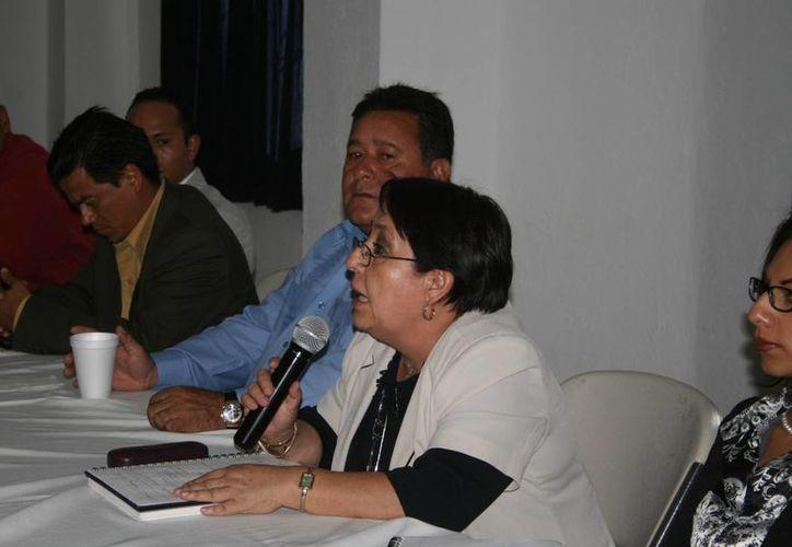 María de la Luz Hernández Pacheco fue 'deleitada' por el sensual baile del elemento policiaco. (Facebook/Municipio Hidalgo Michoacán)
