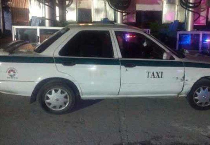 El sujeto golpeó la puerta delantera derecha del taxi. (Contexto/Internet)