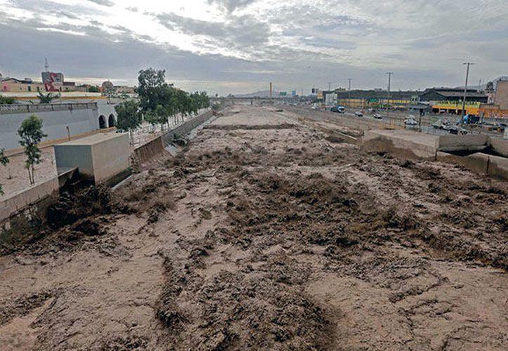 Las fuertes lluvias han dejado decenas de víctimas y miles de damnificados. (Emol.com)