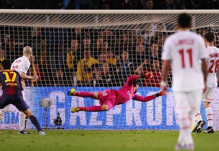 Pedro Rodríguez (de espaldas, 17) anotó el gol del empate, tras un taconazo de Villa. (Agencias)