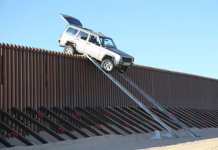 Mientras conductores de las frontera siguen evadiendo los retenes, algunos criminales aguzan la creatividad para cruzar el muro, a veces con divertidos resultados. (Notimex)