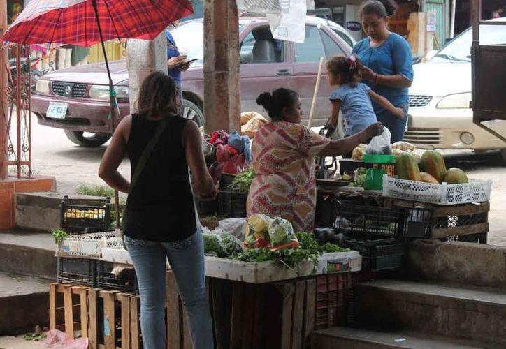 Deben aprovechar la buena racha de ventas para obtener su aguinaldo y comprar regalos a sus familiares en esta época festiva. (Carlos Castillo/SIPSE)