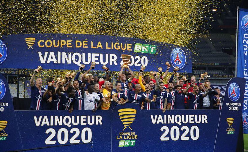 Los jugadores del PSG celebran después de ganar la Copa de Liga en Francia, tras vencer al Lyon en el estadio Stade de France. (Foto AP / Francois Mori)