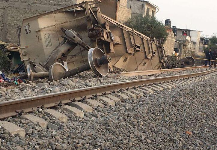 Las personas fallecieron cuando el vagón tiró una barda de la vivienda. (Foto: SS_edomex/Twitter)