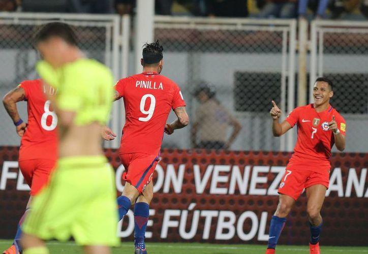 En la foto, el futbolista chileno Alexis Sánchez celebra un gol de su selección ante Venezuela, cuyo entrenador renunció este viernes. (AP)