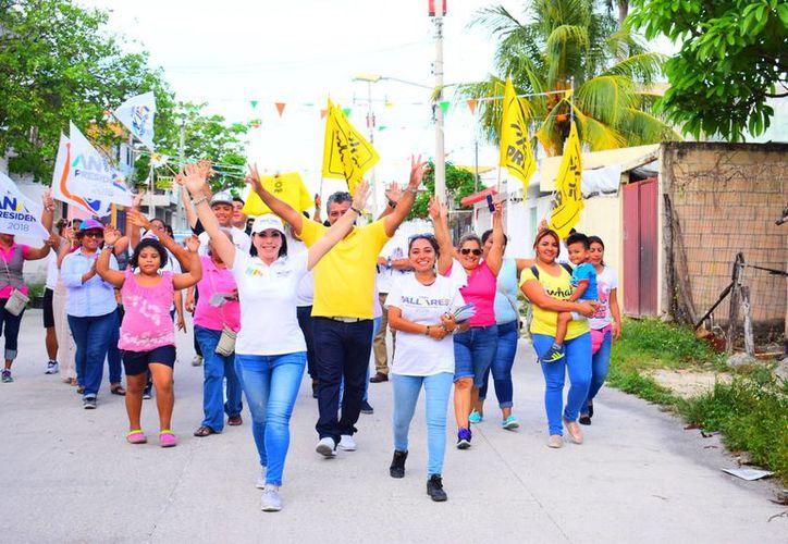 """La candidata de la Coalición """"Por Quintana Roo al Frente"""" en el Distrito 04 afirma que quienes en el pasado salieron a pedir el voto hoy están de nuevo en la calle solicitando el apoyo cuando no hicieron nada a favor de la población. (Redacción/SIPSE)"""
