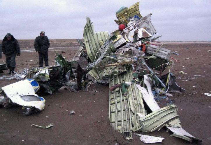 El aparato se precipitó contra la tierra cuando cubría la ruta entre la capital kazaja, Astaná, y la ciudad de Shimkent. (EFE)