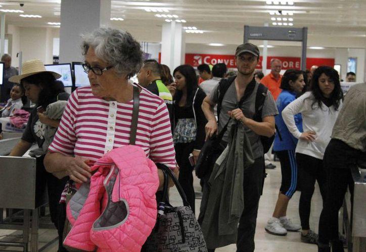 Miles de visitantes regresan a sus lugares de origen luego del periódo vacacional decembrino. (Luis Soto/SIPSE)