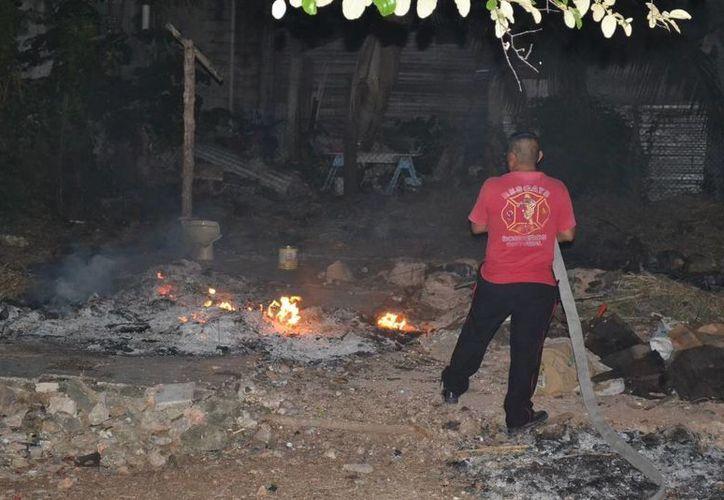 Los bomberos lograron sofocar el fuego. (Redacción/SIPSE)