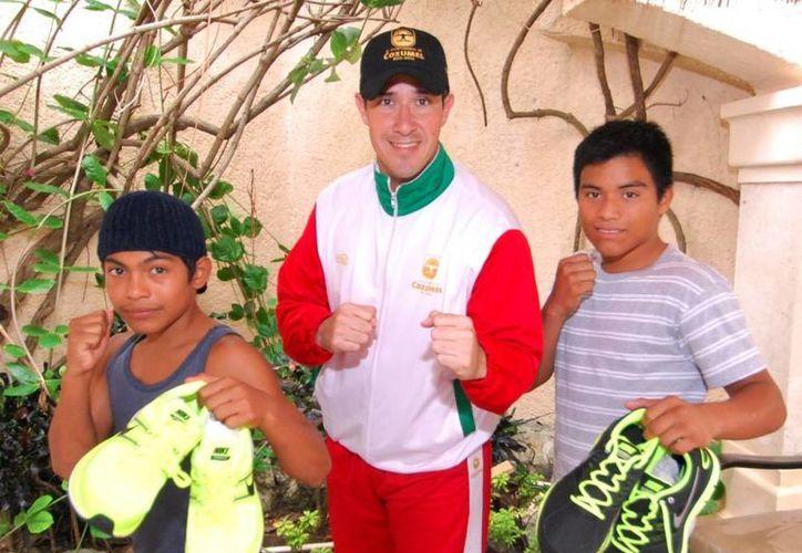 El alcalde entregó tenis a los deportistas. (Cortesía/SIPSE)
