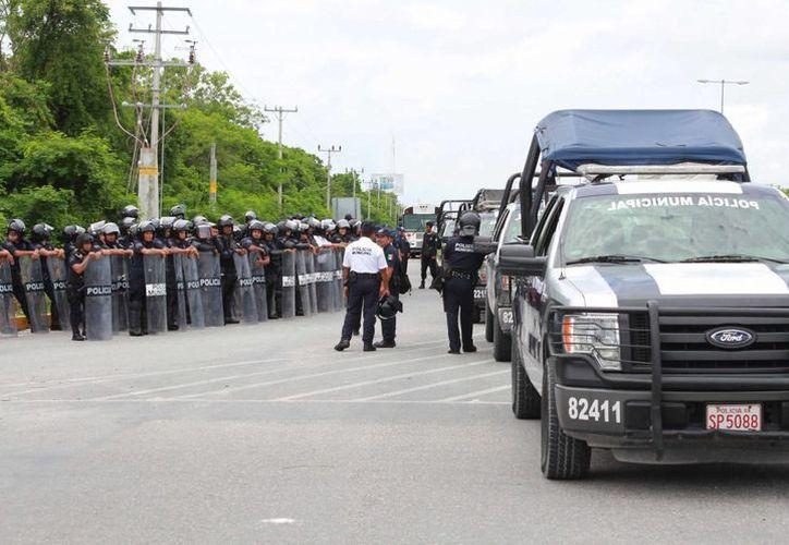 Los elementos de seguridad al llegar se pusieron sus chalecos antibalas, rodilleras y cascos en caso de presentarse alguna manifestación. (Luis Soto/SIPSE)