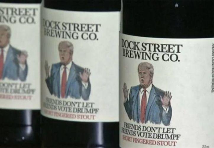 Botellas de la cerveza artesanal producida en Filadelfia, alusiva al precandidato republicano, Donald Trump. (www.elpais.com)
