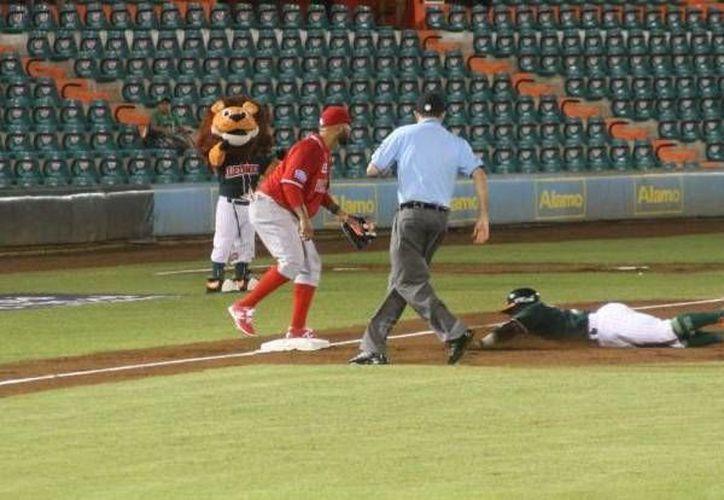 El melenudo Corey Wimberly se barre en la tercera colchoneta durante el partido entre Leones de Yucatán contra Rojos del Águila de Veracruz en el estadio Kukulcán. (Milenio Novedades)