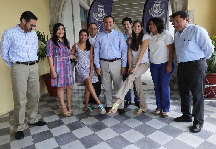 Jóvenes de la Universidad Marista muestran a funcionarios del Ayuntamiento de Mérida los productos con los que ganaron el concurso de emprendedores. (SIPSE)