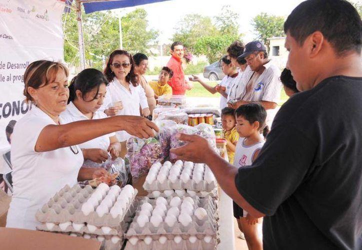Se ofrecen artículos de bajo costo como huevos, cereales, entre otros. (Cortesía/SIPSE)