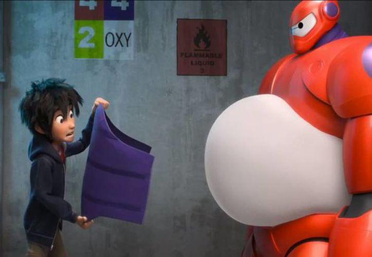 Imagen de una escena del dibujo animado 'Big Hero 6' que muestra a los personajes Hiro Hamada, izquierda, con la voz de Ryan Potter y Baymax, con la voz de Scott Adsit. (AP)