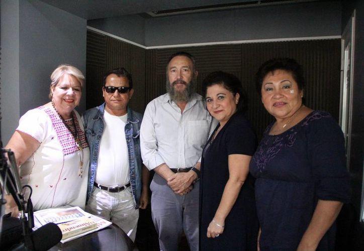 Los Invitados Georgina Rosado y Roger Orellana Lanza junto con la conductora y otros integrantes de la emisión radiofónica de Salvemos Una Vida. (SIPSE)