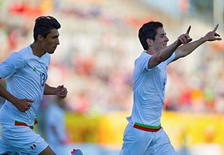 Marco Bueno (d) celebra su gol al minuto 90, que puso adelante a México 3-2 sobre Trinidad y Tobago en los Juegos Panamericanos. El partido terminó 4-2 a favor del Tri, que ahora espera rival en semifinal. (Foto tomada de estoenlinea.com.mx)