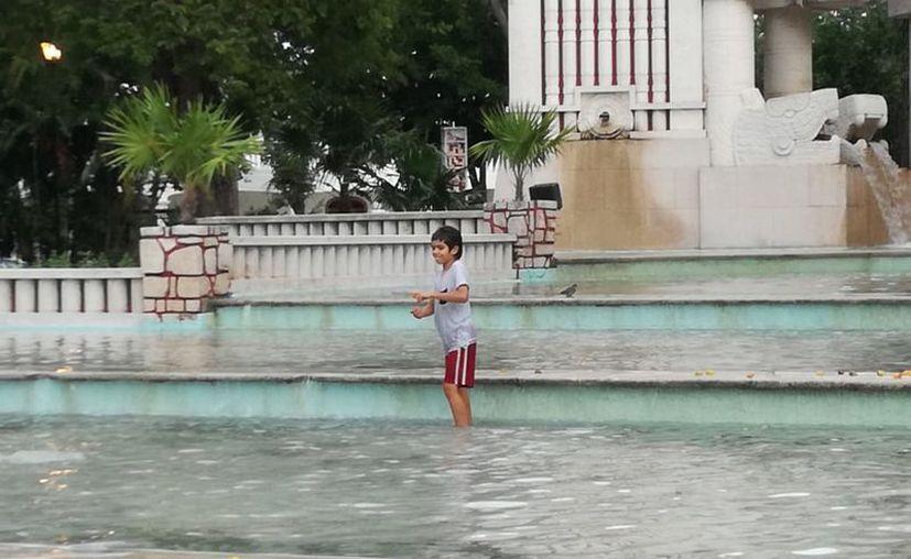 Debido al intenso calor, niños disfrutan de la fuente, en el Parque de las Américas. (Foto: Jorge Acosta/Milenio Novedades)
