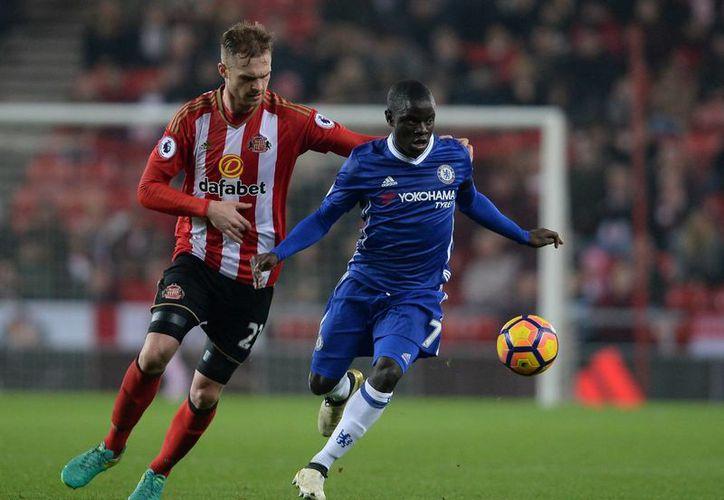 Jan Kirchoff (i) y N'Golo Kant. El primero es jugador del Sunderland y el otro del Chelsea, que ganó 1-0 para afianzarse en la cima de la Liga Premier. (AP)