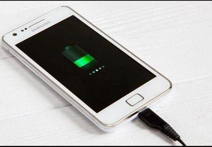 Hablar mientras se carga la batería del aparato duplica, según el estudio, el riesgo de baja concentración de semen. (Contexto/Internet)