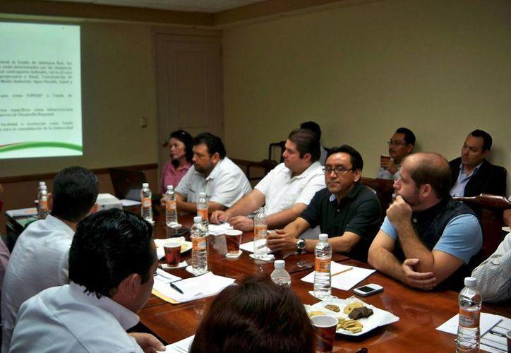 Los 10 secretarios generales de los Ayuntamientos se reunieron con el encargado de la política interna del estado. (Redacción/SIPSE)