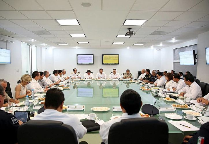 Ayer el gobernador Rolando Zapata (c) se reunió con gobernadores de Campeche, Fernando Ortega (i), y de Quintana Roo, Roberto Borge, para abordar temas de interés común para las tres entidades. (Cortesía)
