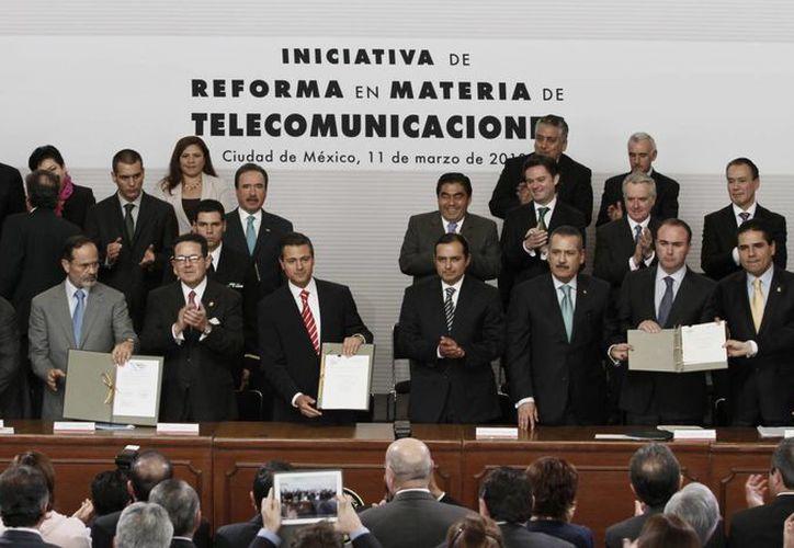 El Presidente y los representantes de los partidos políticos, durante la firma de la iniciativa. (Notimex)