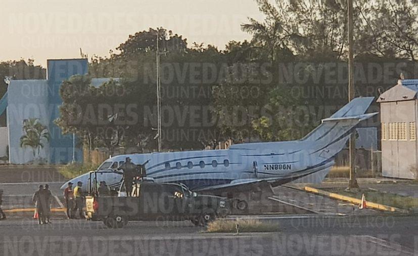 Personal de criminalística de la PGR inspeccionó y recabó evidencias dentro del Jet que fue abandonado por sus tripulantes. (Daniel Tejada/SIPSE)