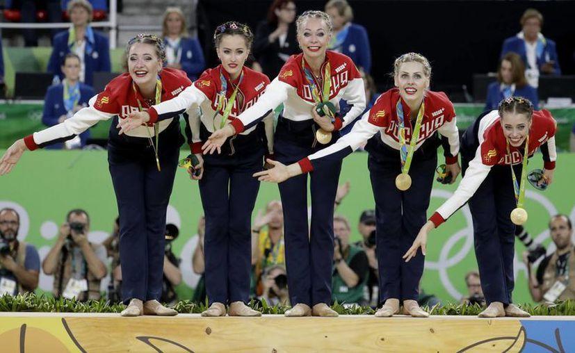 El equipo ruso de gimnasia rítmica se ganó su quinta medalla de oro de forma consecutiva, en Río 2016. (AP/Julio Cortez)
