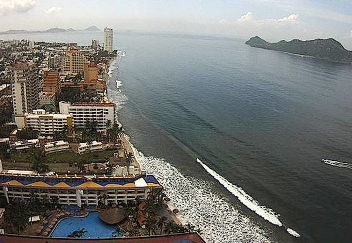 Vista del puerto de Mazatlán, este miércoles al mediodía. Se espera un oleaje elevado en las próximas horas. (webcamsdemexico.com)