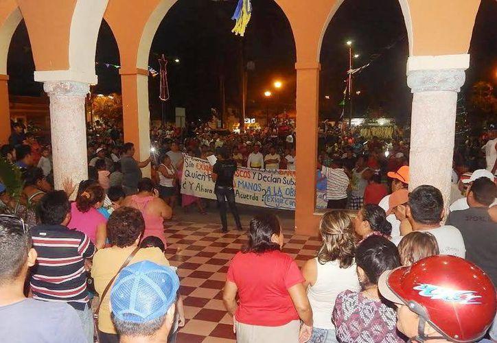 Decenas de personas se manifestaron frente a Palacio Municipal de Buctoztz, porque no quieren utilizar casco cuando conducen motocicletas. (SIPSE)