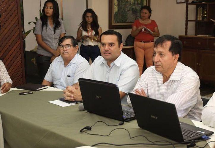 Jorge García Valladares, presidente de la Federación Mexicana de Colegios de Mecánicos y Electricistas y otros funcionarios acompañaron al alcalde meridano. (Cortesía)