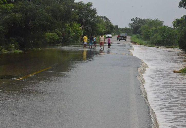 En la comunidad Río Escondido hacia Huatusco no hay paso, debido a que el agua subió aproximadamente un metro. (Redacción/SIPSE)