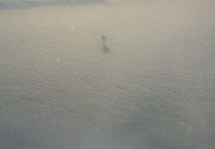Imagen difundida en internet que muestra una figura con forma humana que 'camina' sobre las nubes. (inquisitr.com)