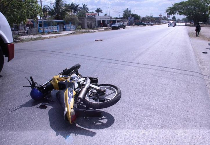 Una de las motocicletas involucradas en el accidente, en una calle de Kanasín que conecta a la carretera Mérida-Tixkokob. (SIPSE)
