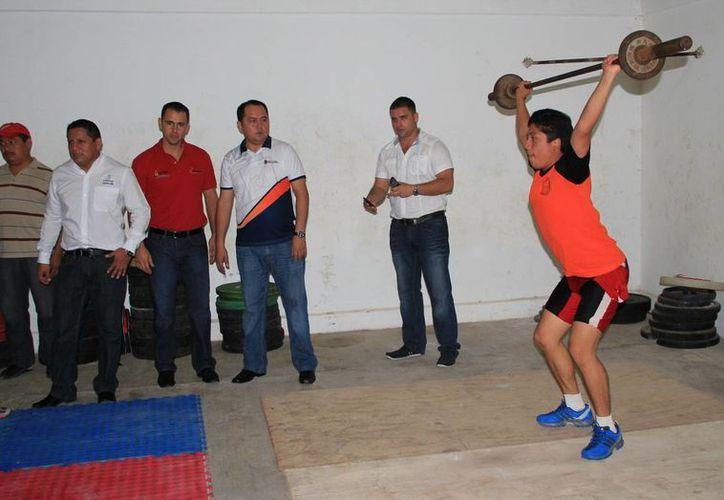 Durante la visita entregaron  material deportivo a los jóvenes estudiantes. (Redacción/SIPSE)
