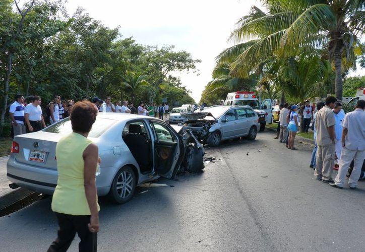 El tráfico en la zona hotelera fue cerrado por una hora, mientras Bomberos y Tránsito rescataban a los lesionados. (Redacción/SIPSE)