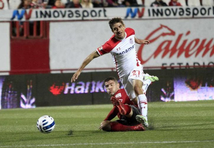 Isaac Brizuela (de blanco) ya había jugado en Chivas, pero ahora regresa desde Toluca para frenar su descenso de categoría. (Notimex)